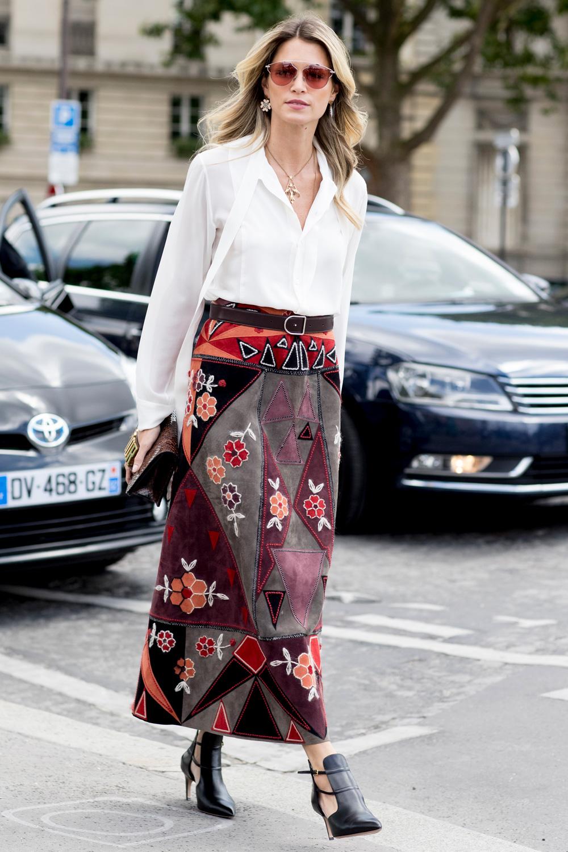 Con una falda larga o con unos jeans, la camisa blanca es un básico imprescindible.