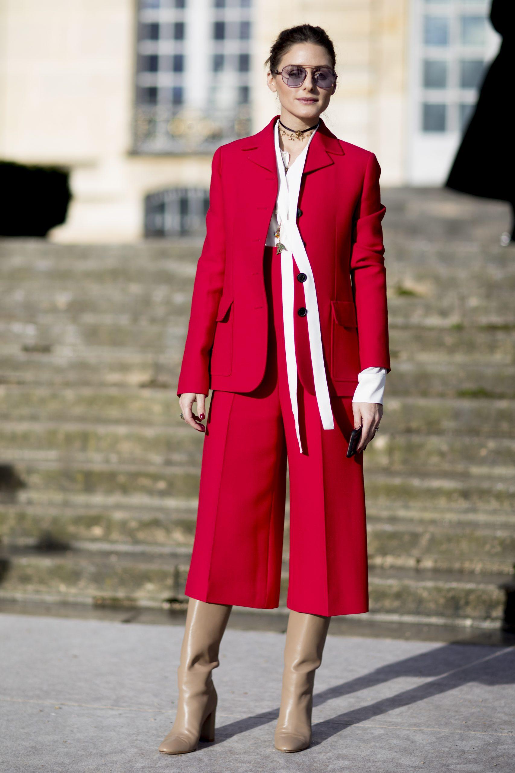 Olivia Palermo con traje rojo.
