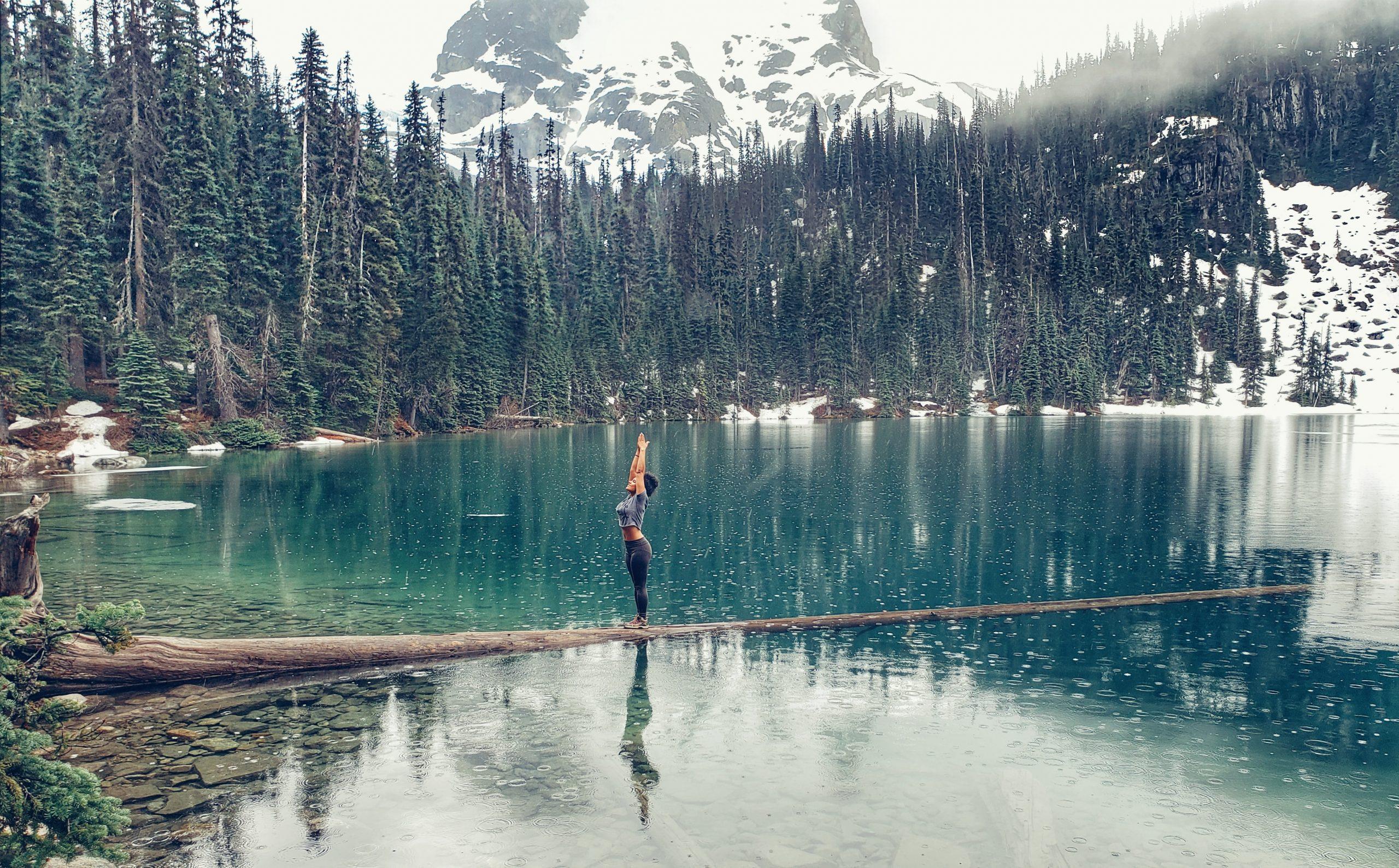 En la imagen, una mujer practica yoga en el lago. /Foto: Unsplash