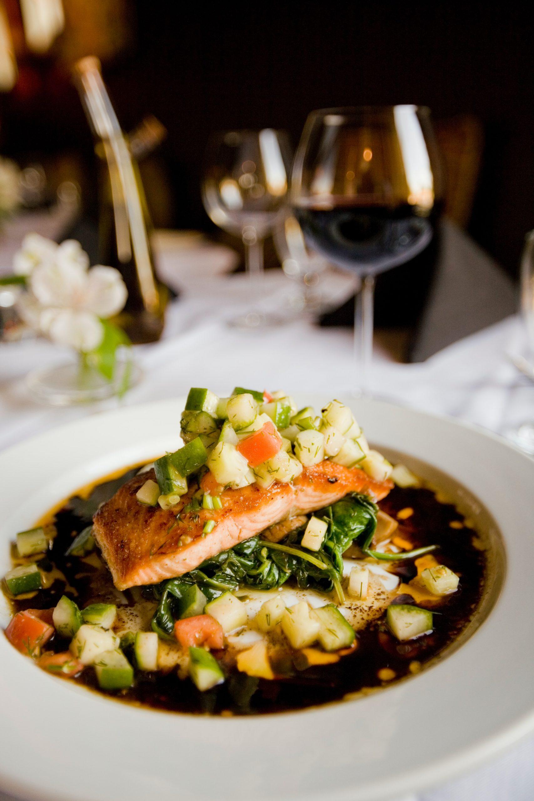 Las grasas saludables de la dieta mediterránea (como la del salmón) son esenciales para la salud. /Unsplash