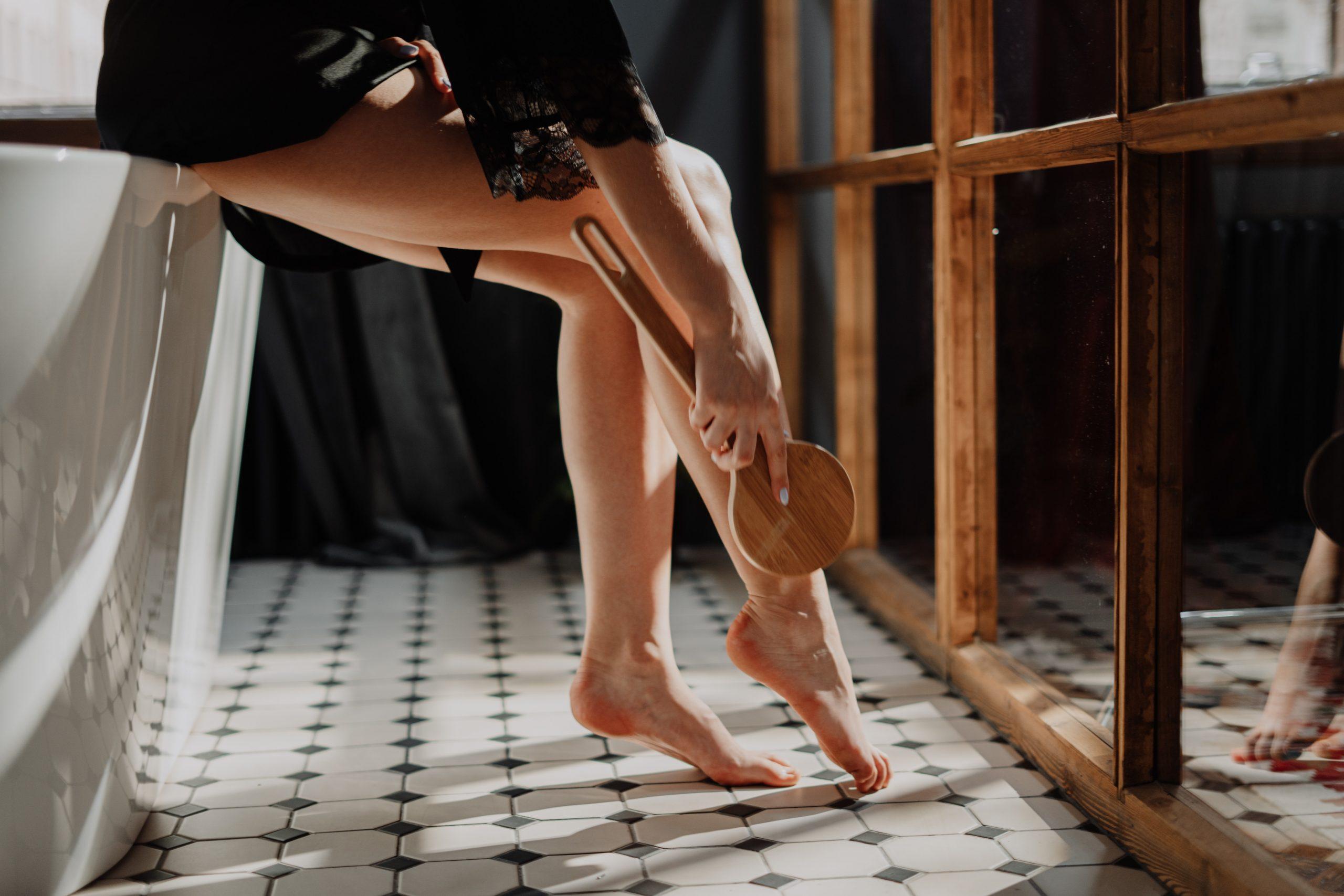 En la imagen, una mujer cuida de sus piernas. /Foto: Pexels