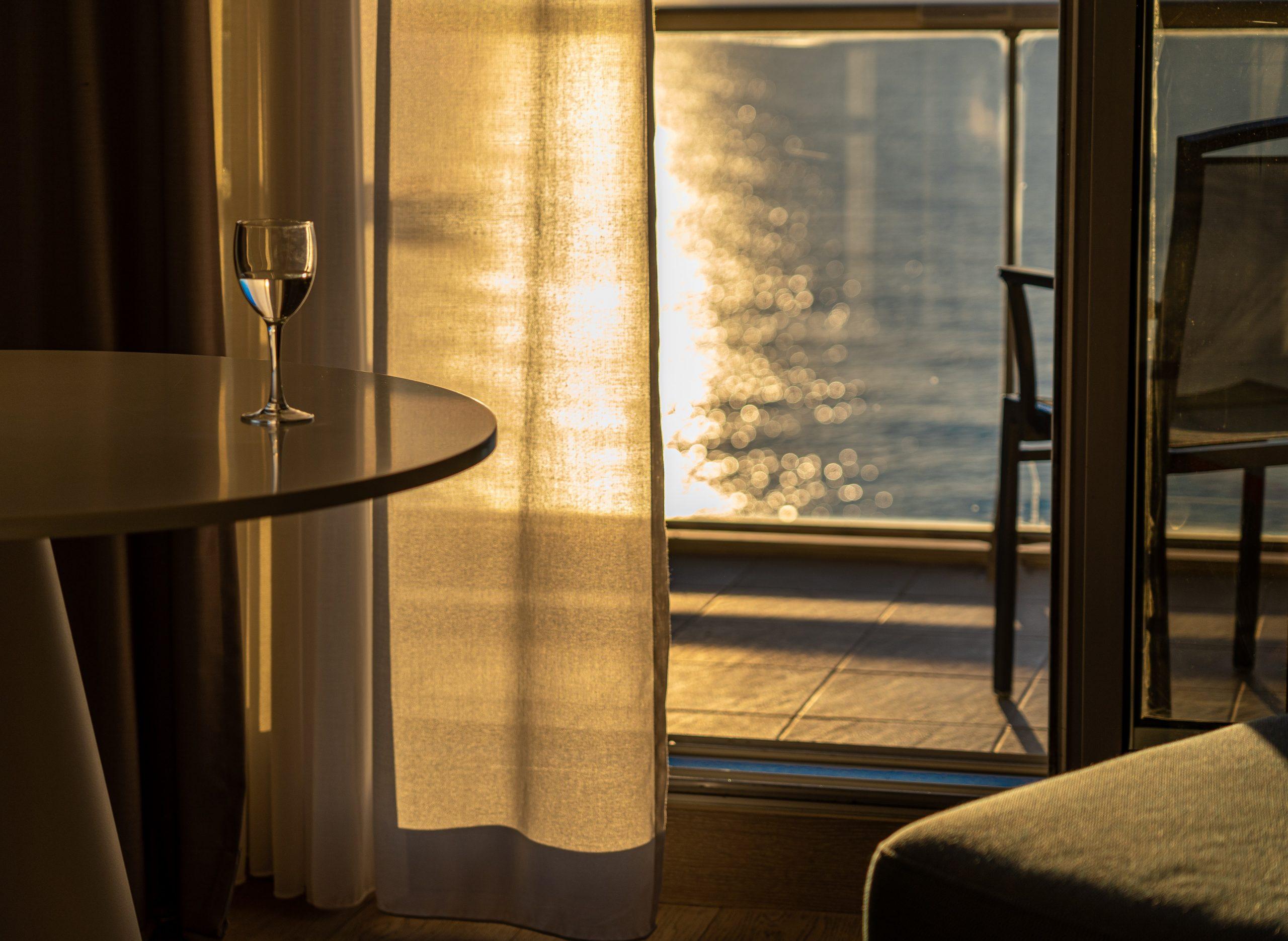 En la foto, copa de vino y atardecer. /Foto: Pexels