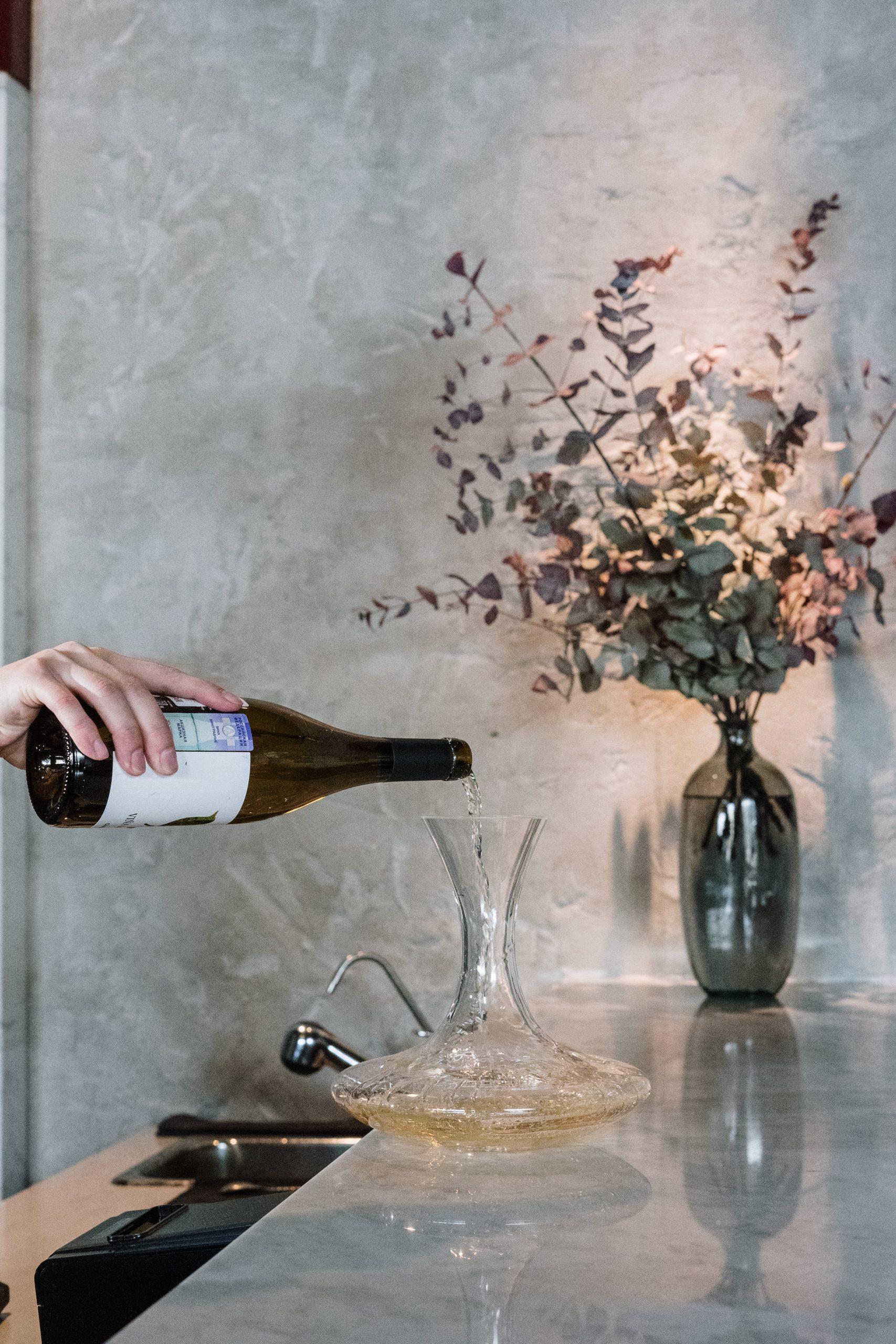 En la imagen, un hombre se sirve una copa de vino. /Foto: Pexels