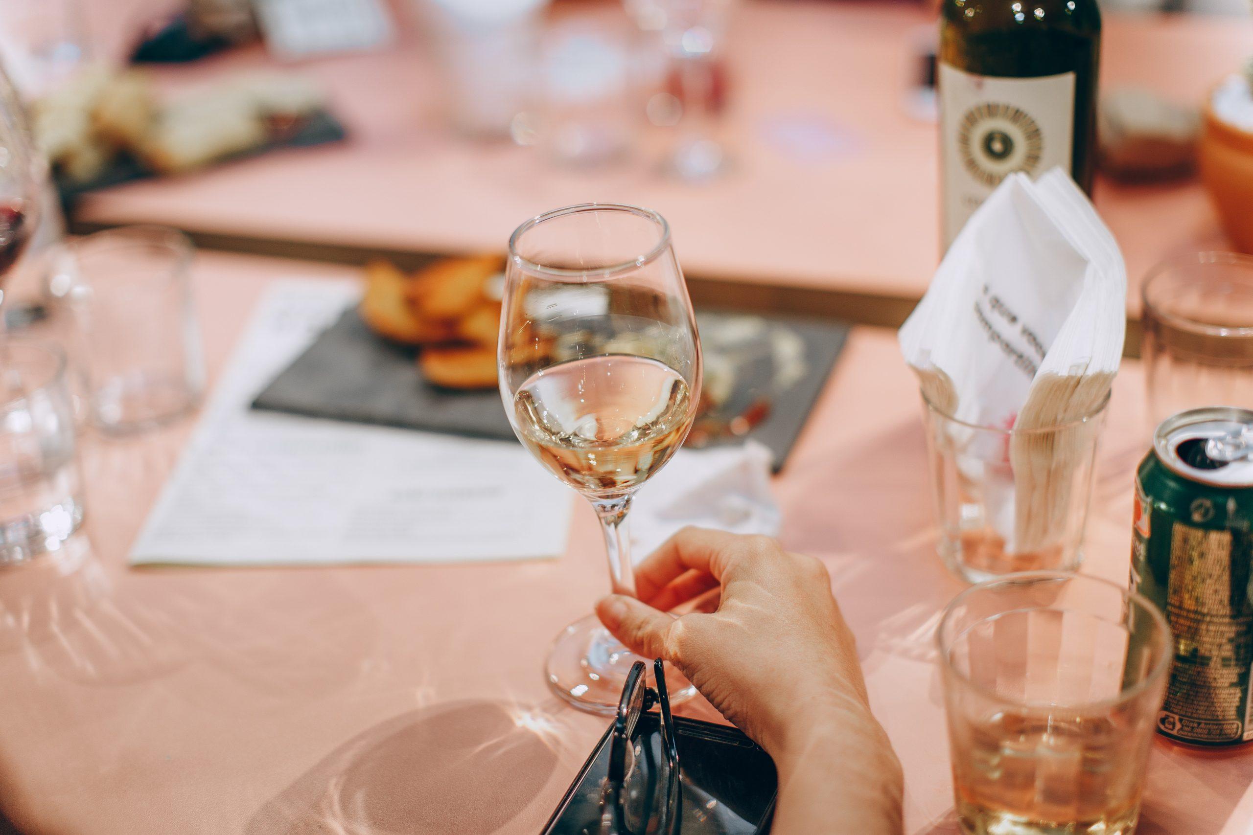 En la imagen, sobremesa con vino blanco. /Foto: Pexels