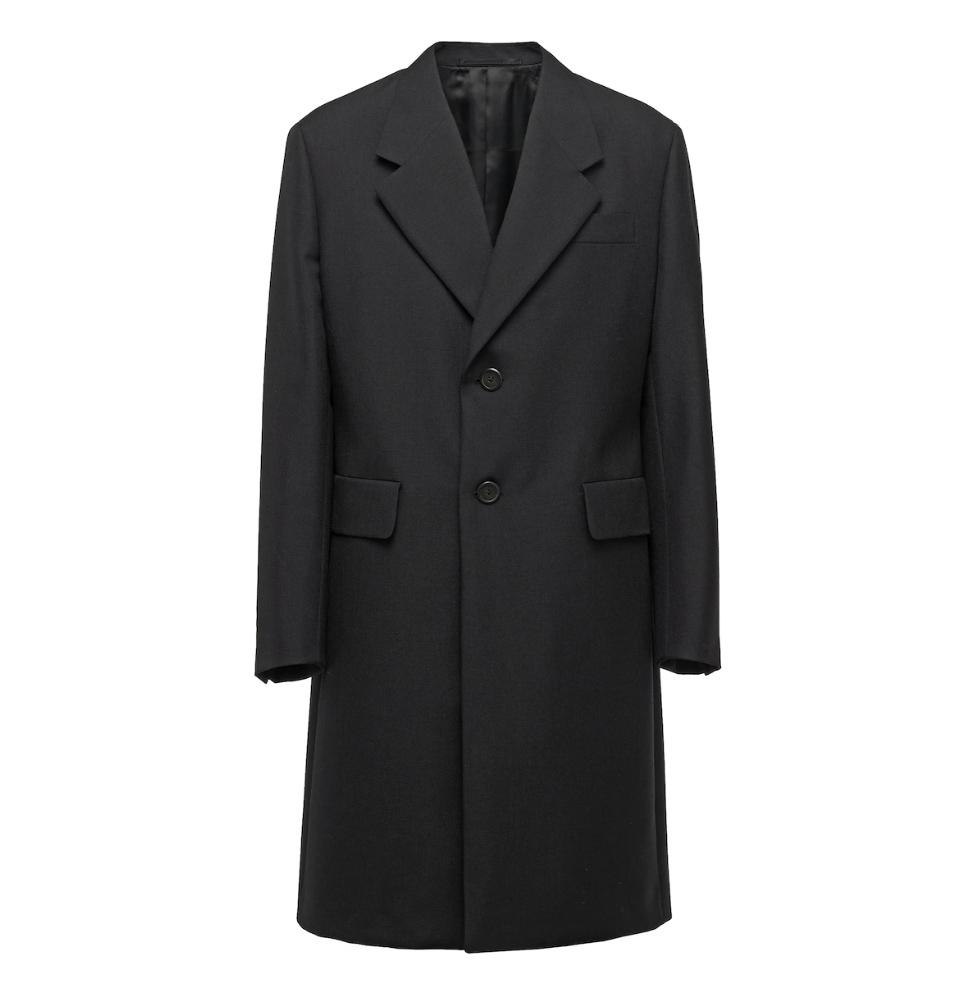 abrigos de hombre, modelo de Prada.