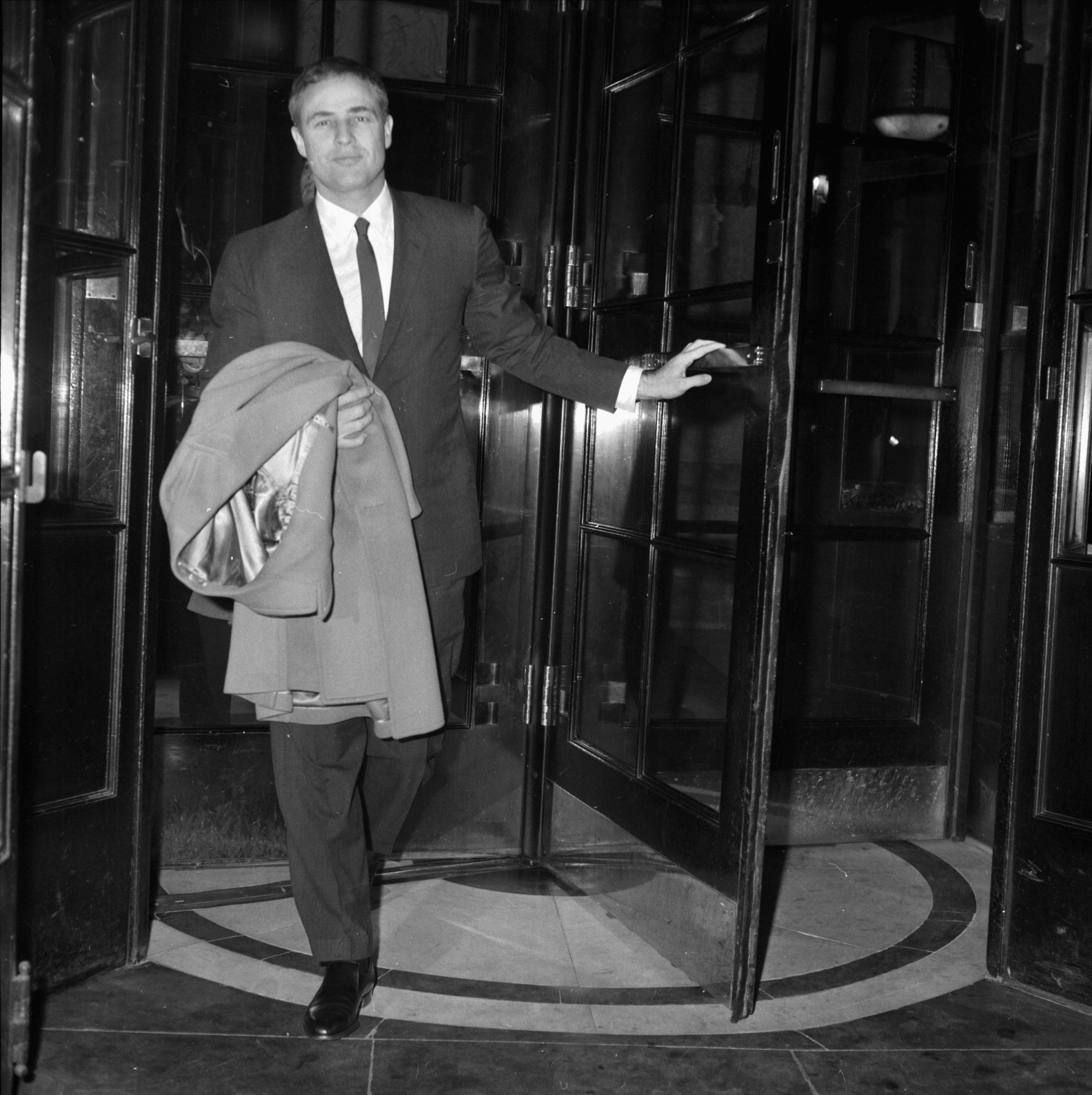 En la imagen, Marlon Brando saliendo de su hotel en Londres en 1964. /Foto: Getty