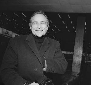 En la imagen, Marlon Brando en los años 60 con abrigo y jersey de cuello alto./Foto: Getty