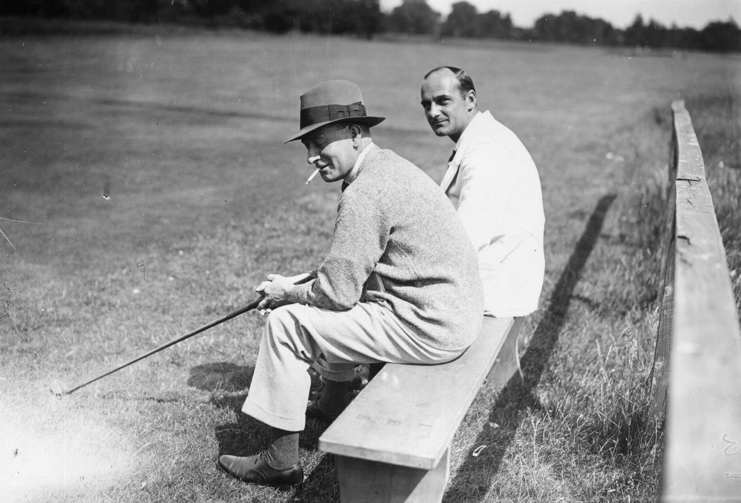 July 1928: Golfers J.L Bradley y L.H Willet en el club de golf de Buckinghamshire. /Foto: Getty