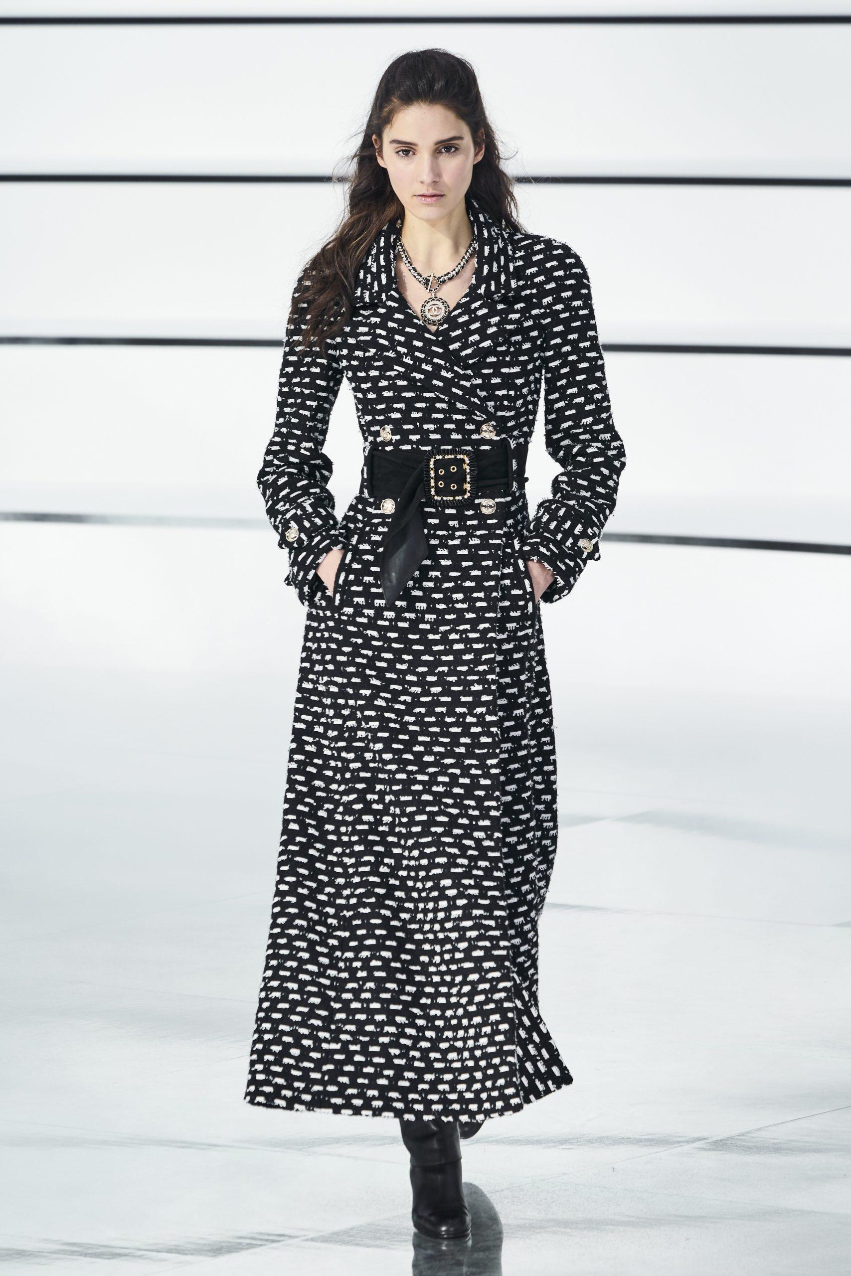Cómo llevar el abrigo, modelo de Chanel