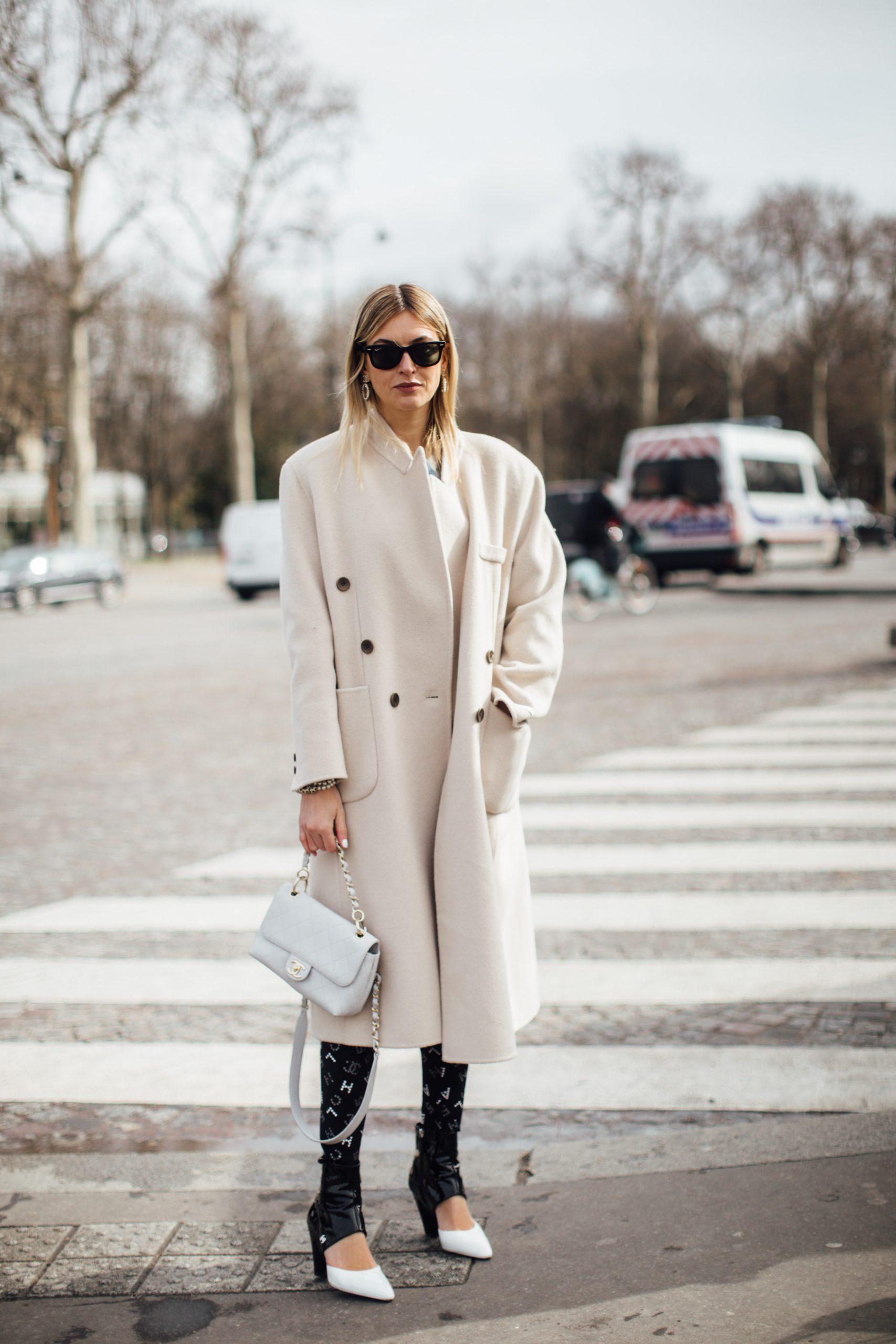 Cómo llevar el abrigo: Camille Charrière en su llegada al desfile de Chanel/Foto: Imaxtree.