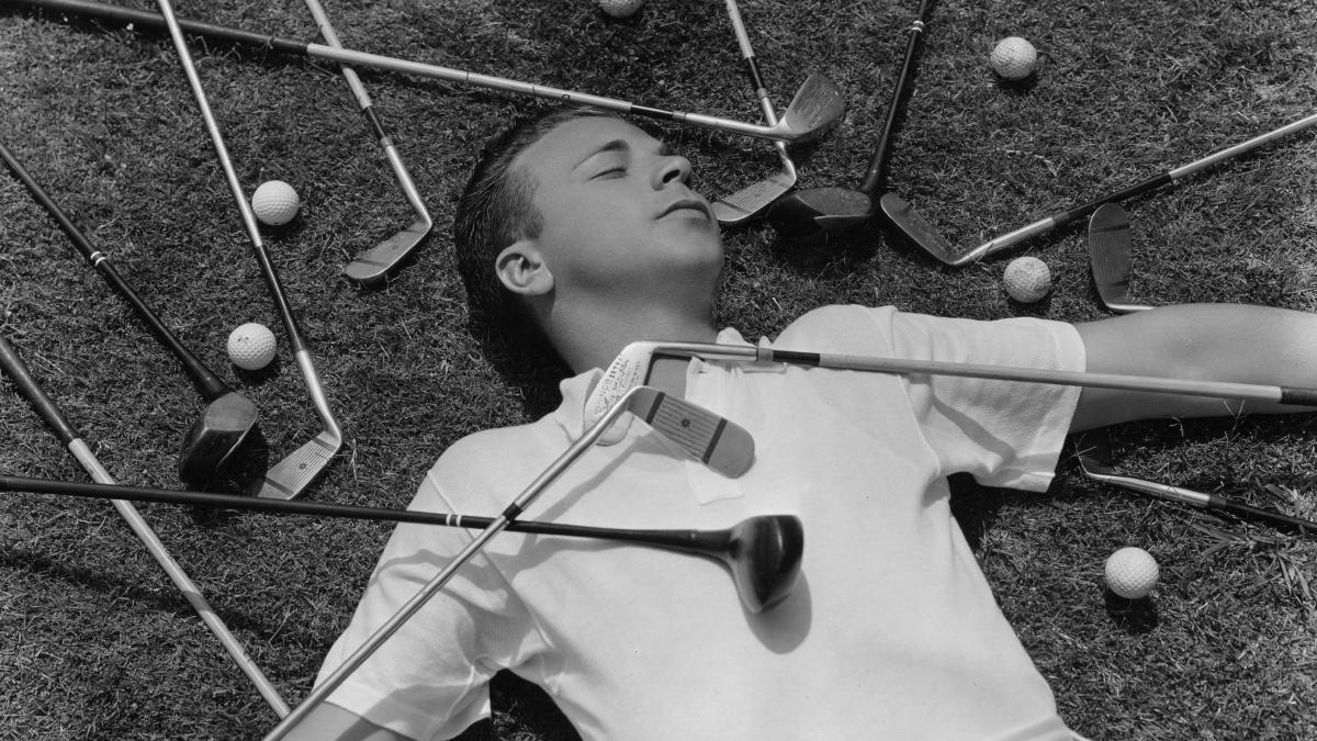 El actor Dick Powell rodeado de palos de golf/Foto: Getty