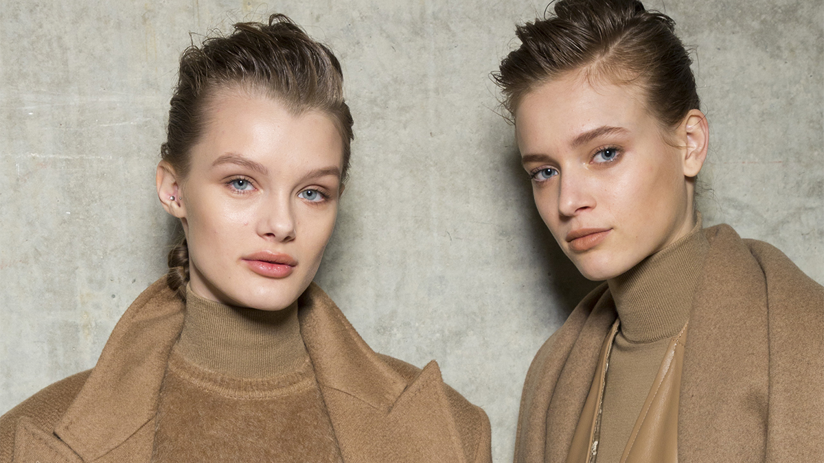 Dos modelos en el Backstage de Max Mara