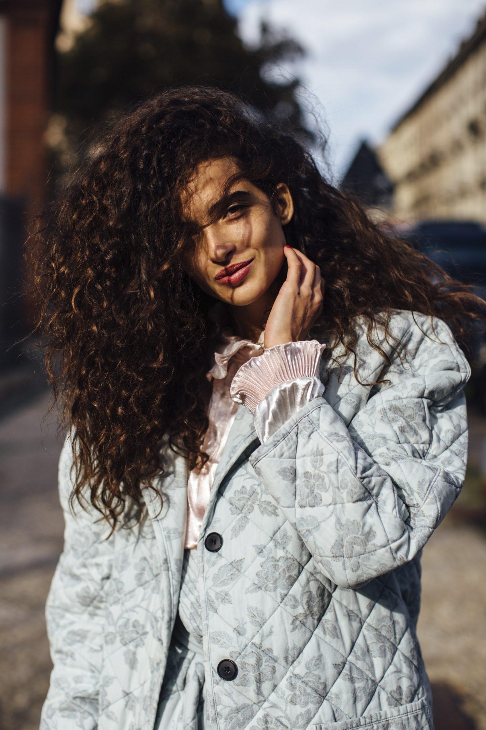 Colores de pelo tendencia:chica con un tono castaño oscuro