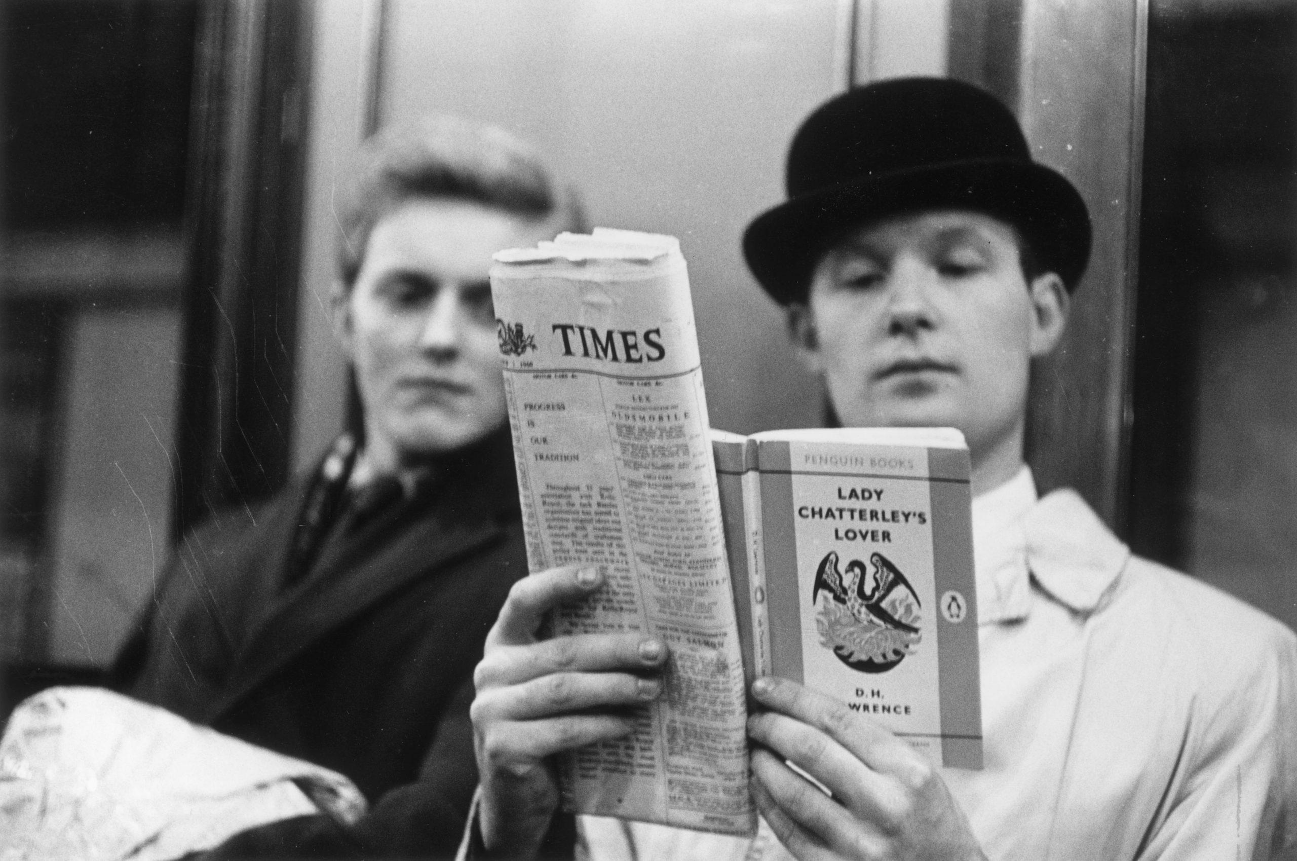 Leyendo un libro y el periódico