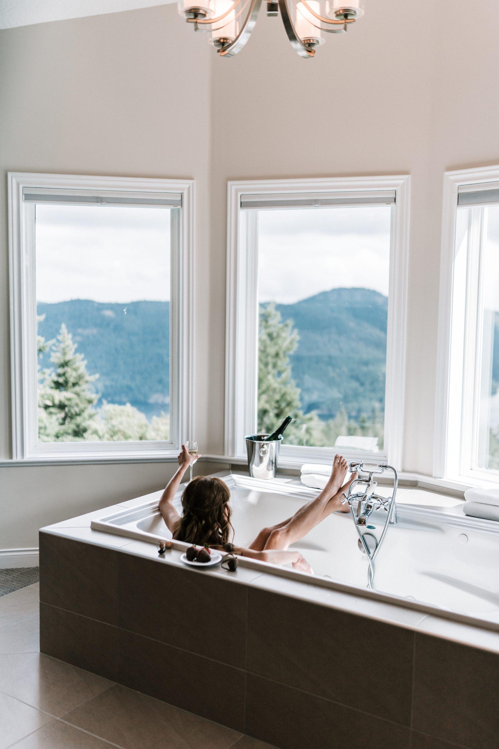 Una mujer disfrutando de un baño mientras toma una copa de champagne / Foto: Pexels