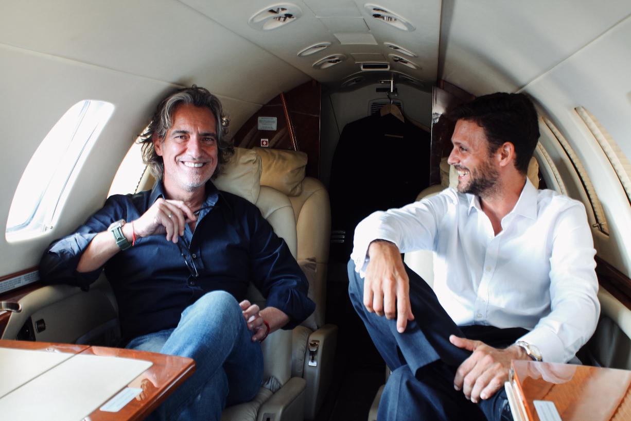Pablo Nieto, CEO de 'Avium'en uno de los jets privados junto a Ángel Fuentes, 'Operations Manager' de la compañía/ Foto: AVIUM