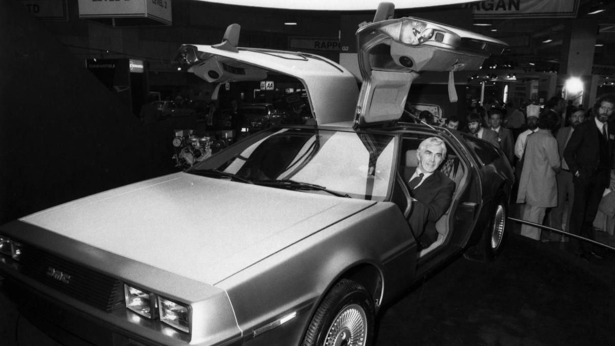 John de Lorean sentado en su coche deportivo De Lorean en 1981/Foto: Getty Images