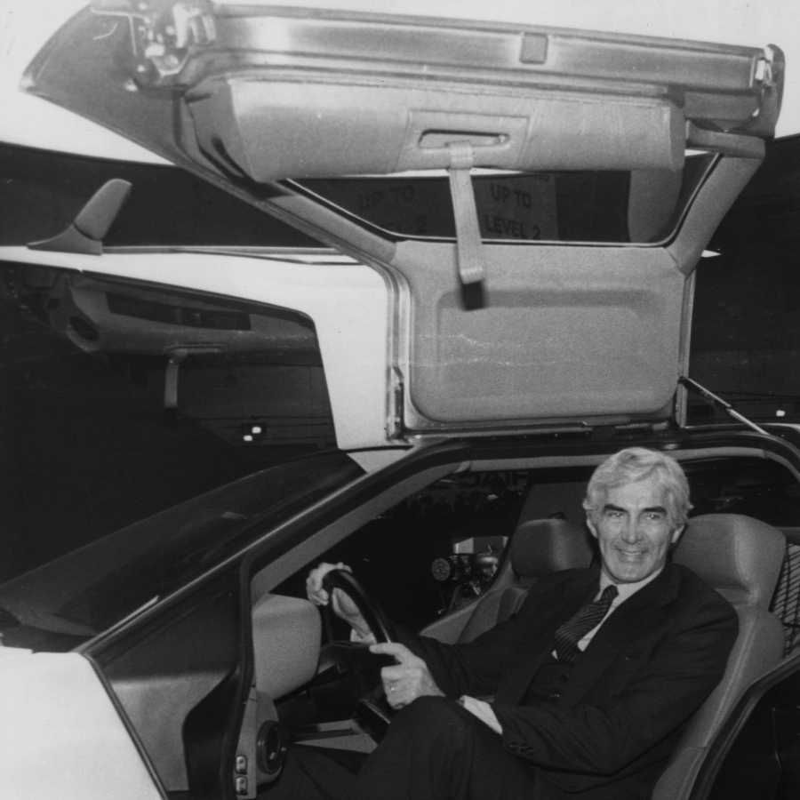 John de Lorean dentro de un DelLorean en 1981/Foto: Getty images