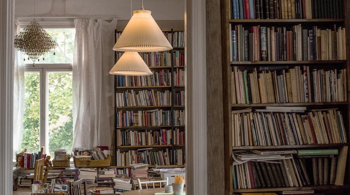 Cafetería con libros en Filandia / Foto: Unplash