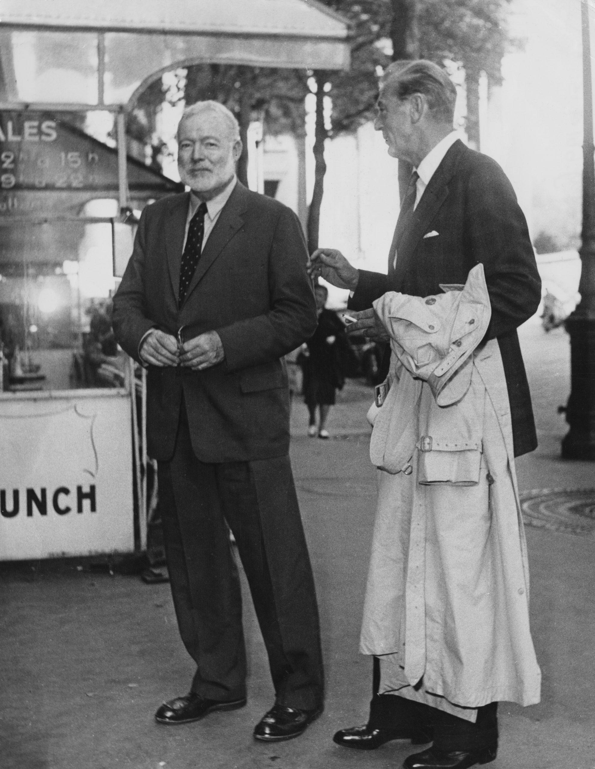 Ernest Hemingway y Gary Cooper en París en 1956