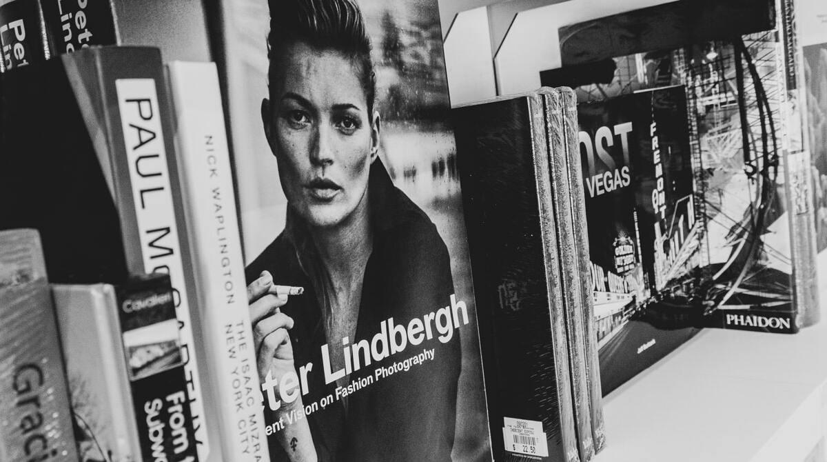 Estantería con coffee table books