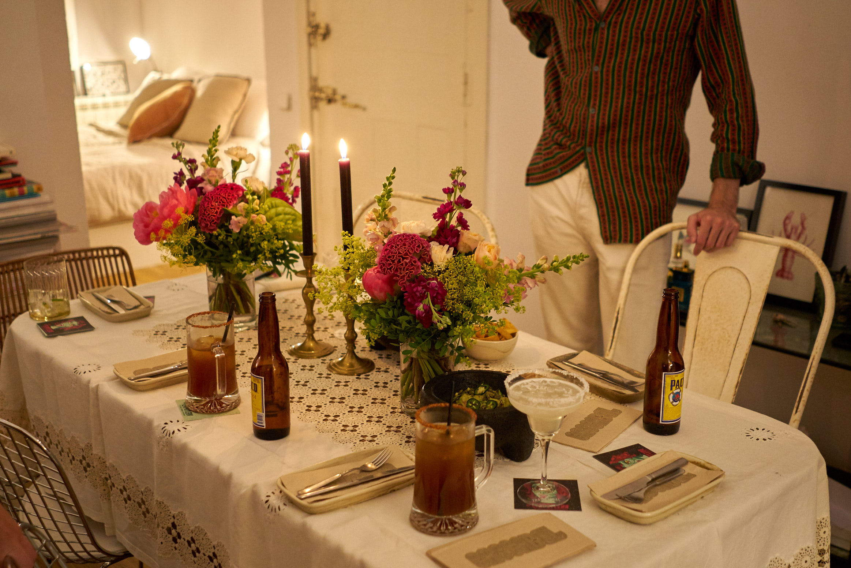Mesa en casa de Cristina con comida de Salón Cascabel de Take a Chef