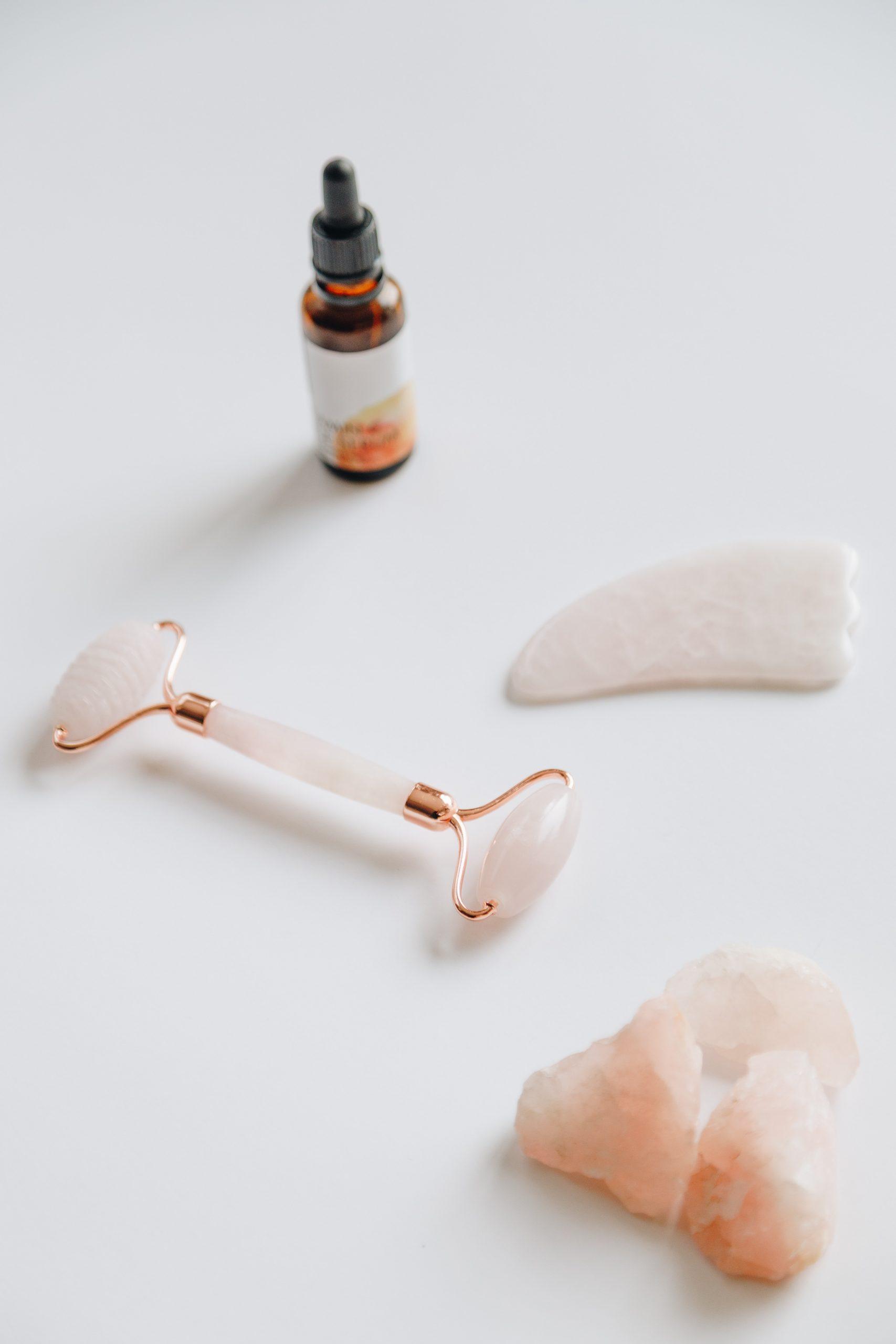 Rodillos faciales de cuarzo rosa/Foto: Estudios Viva Luna en UnsplashJuego de rodillos faciales y guasha de cuarzo rosa
