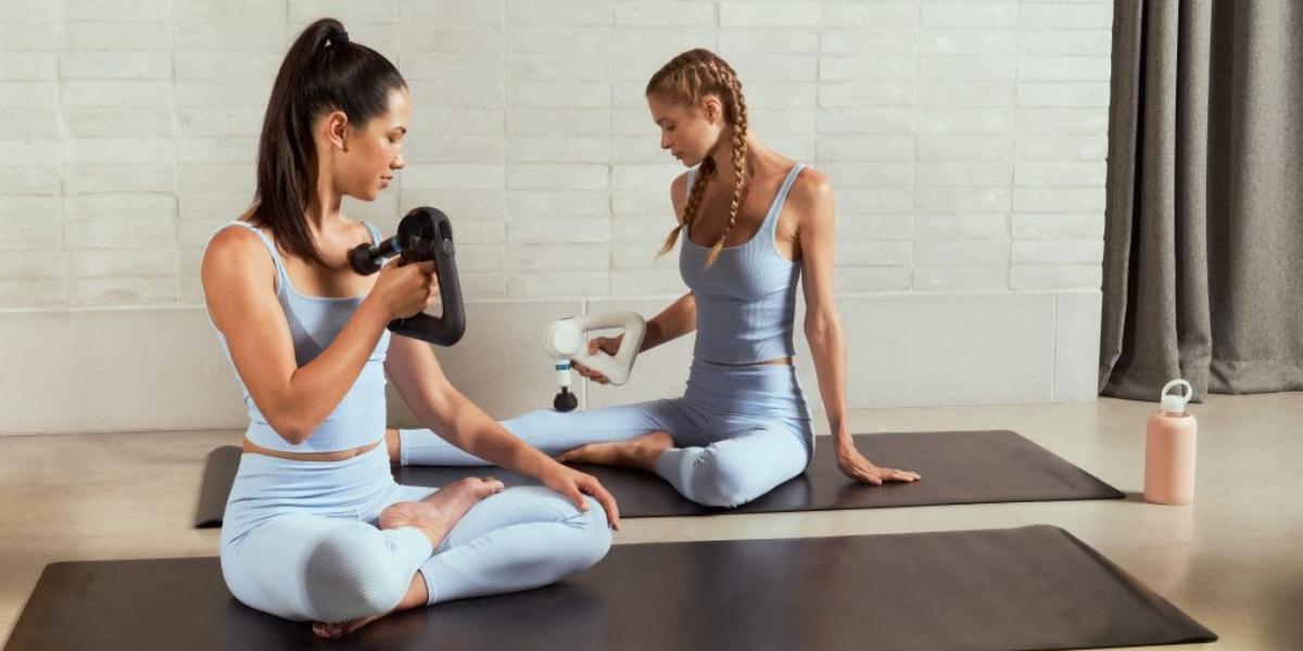 En la imagen, dos mujeres sostiene el dispositivo sobre sus piernas. /Foto: Cortesía de la marca.