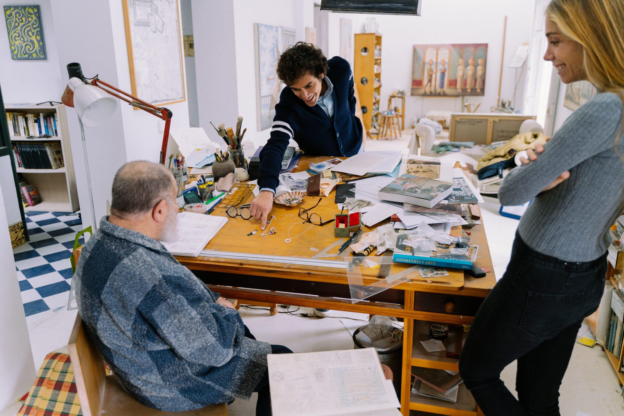 Gabriel Suarez con el artista en el taller /Foto: Suarez