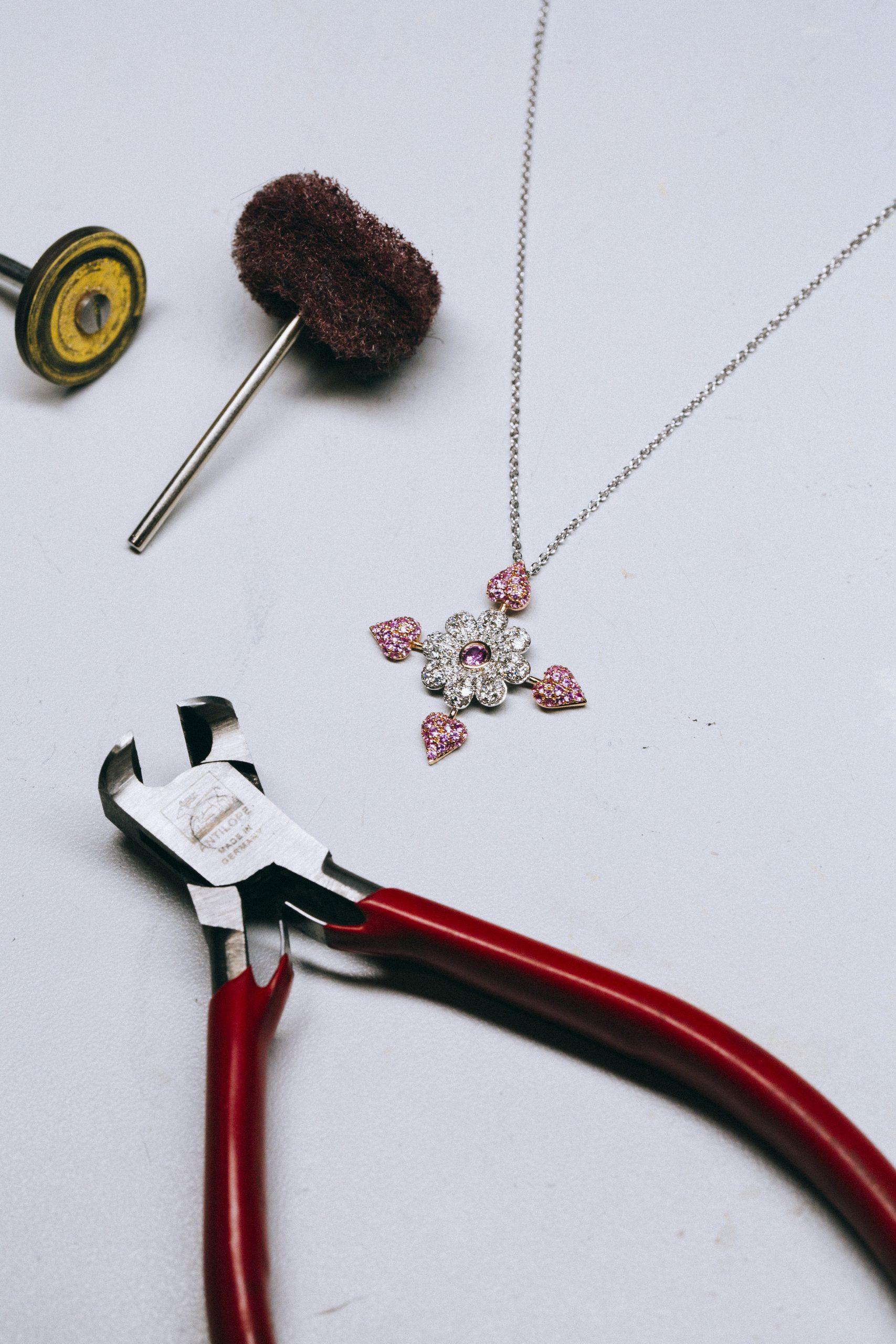 Una de las joyas de la colección en el taller / Foto: Suarez