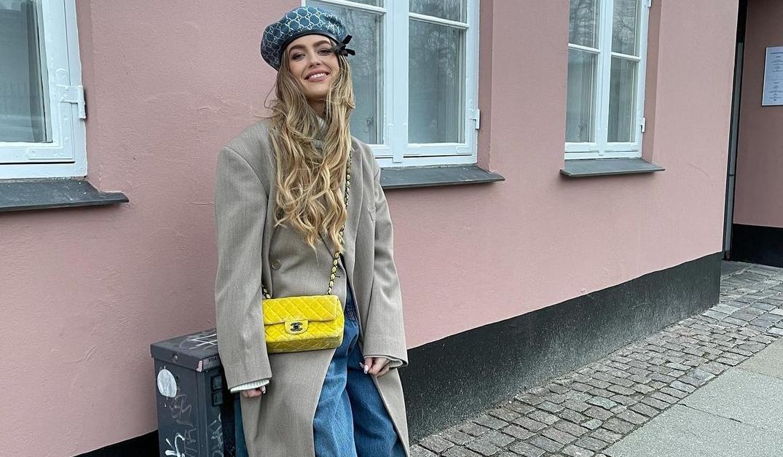 Emili Sindlev y un bolso amarillo de Chanel / Foto: @emilisindlev