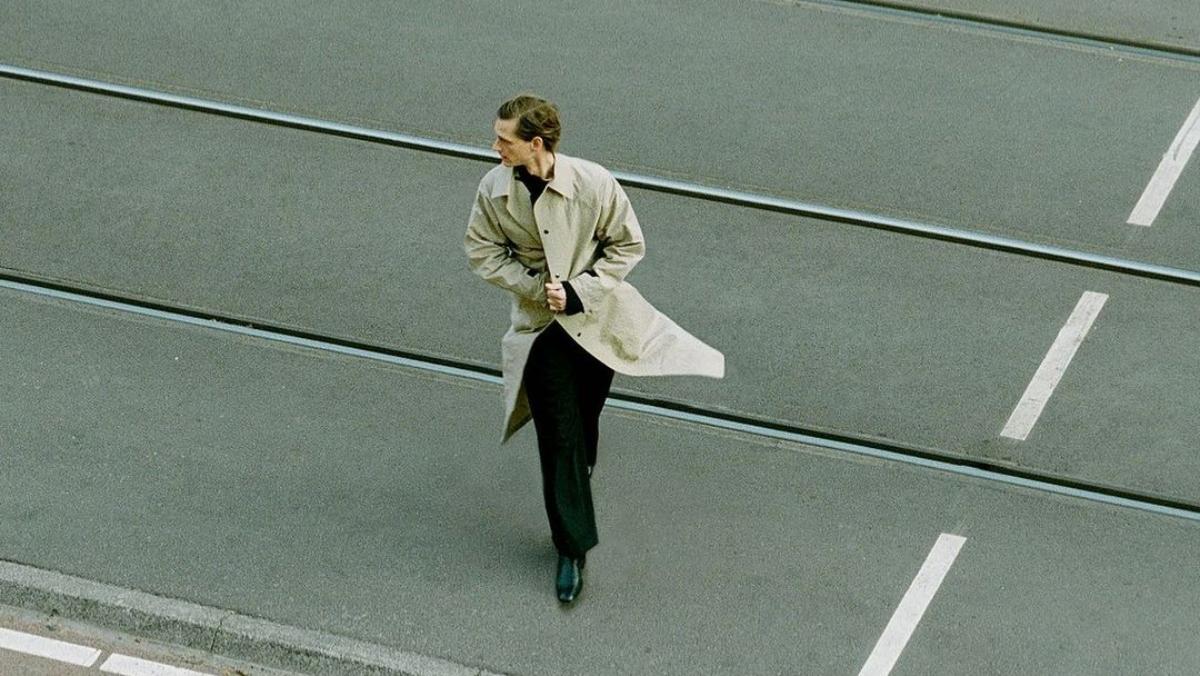 Hombre cruzando la calle. /Foto: @kassleditions