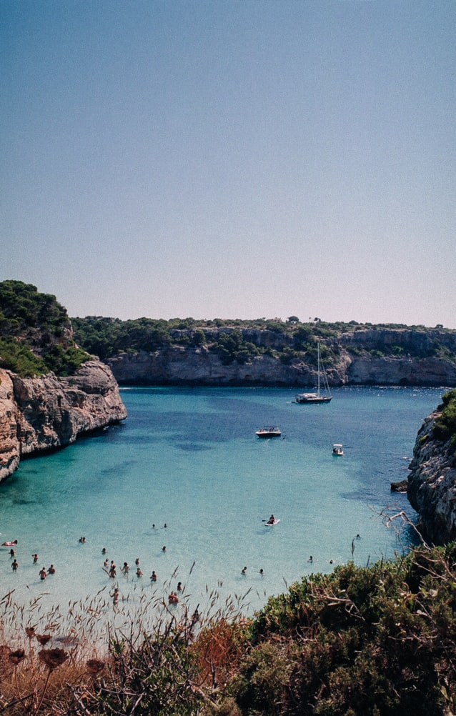 Barco en una cala de Mallorca / Foto: Unplash