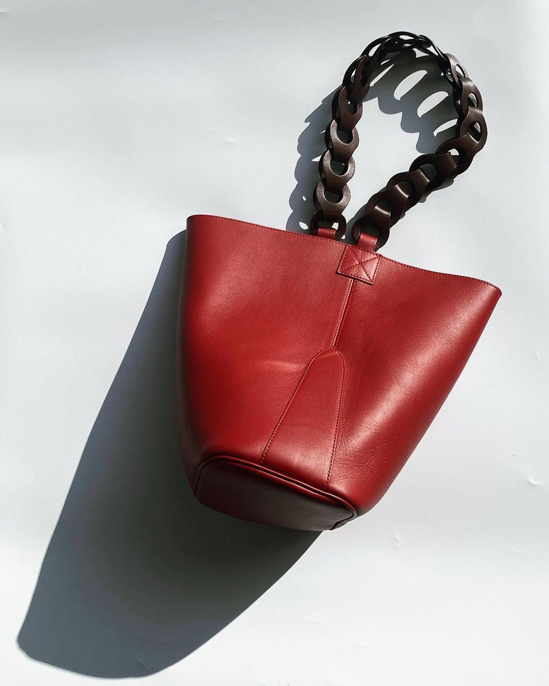 Bolso rojo y marrón chocolate / Foto: Marieta Torres