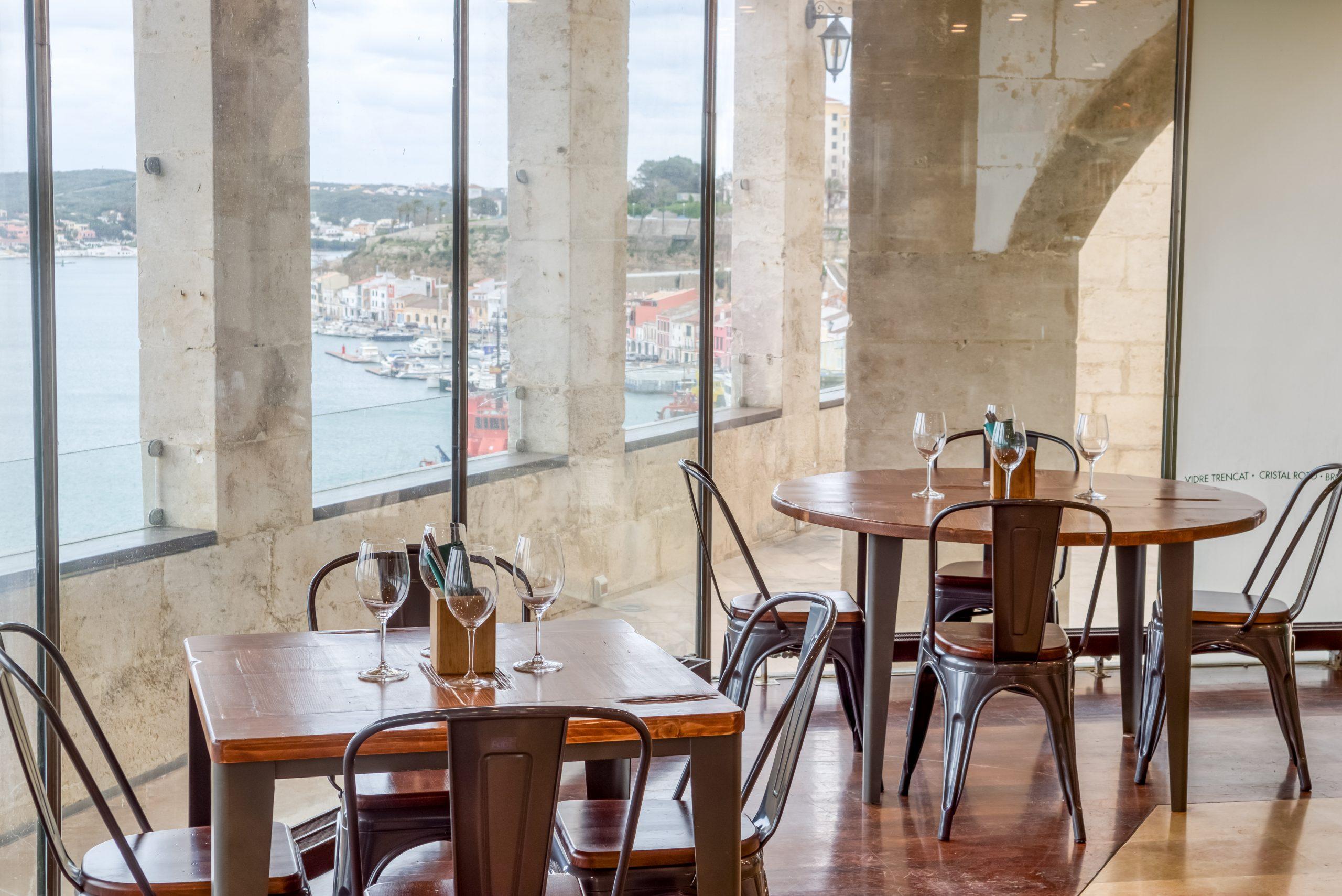 Las mesas de Ses Culleres con vistas al puerto de Mahón / Foto: Ses Forquilles