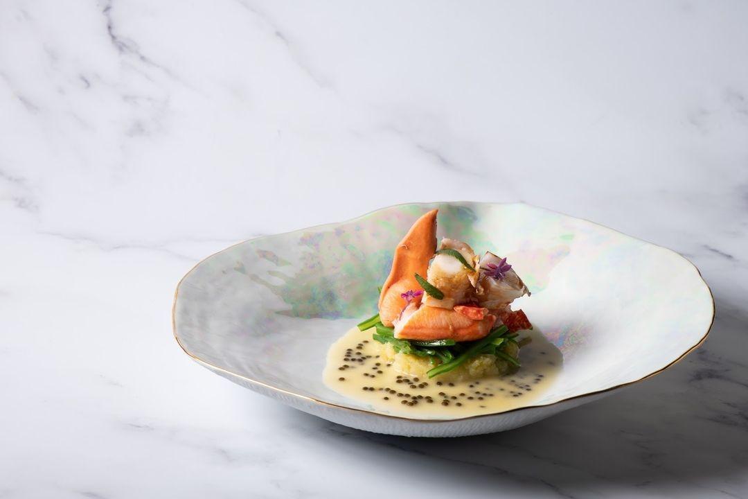 Bogavante con emulsión de apio bola, vainas y caviar / Foto: Saddle