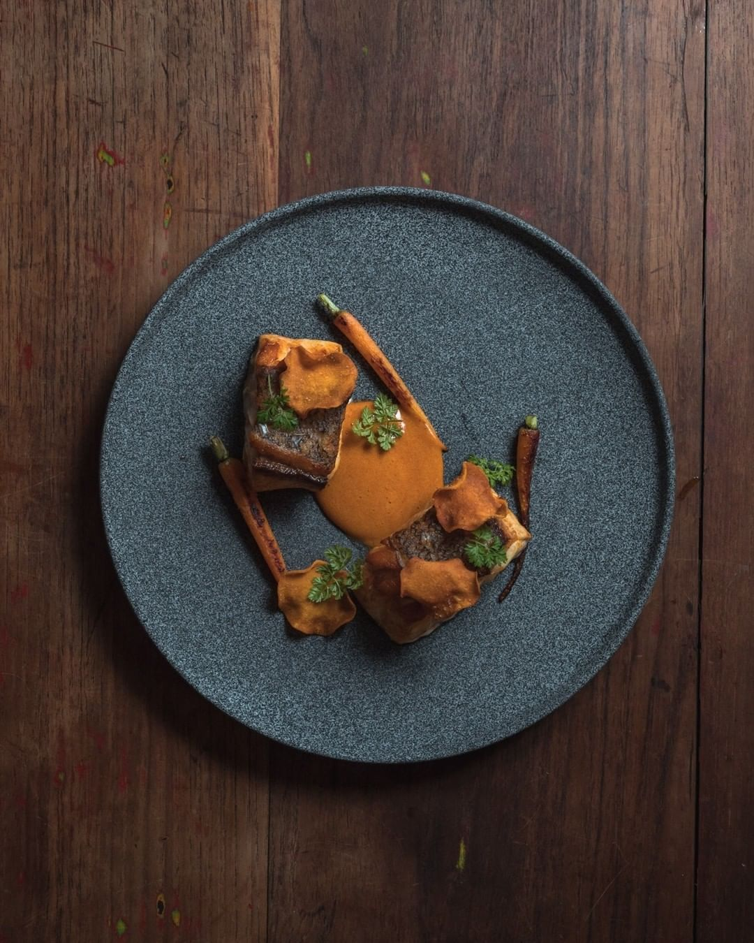 Mero asado, grenoblesa a la manteca colorá, zanahorias rostizadas y chips de batata / Foto: Santerra