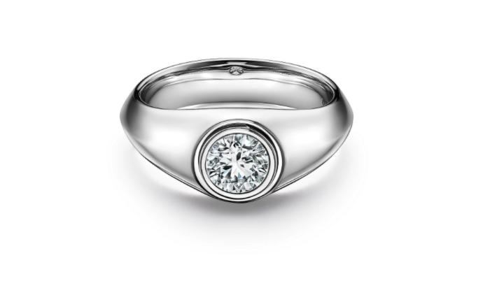 Anillo en platino con un diamante redondo de Tiffany