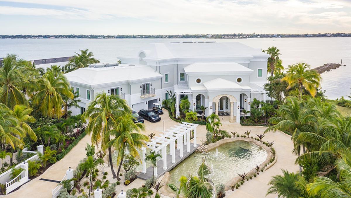 La mansión de Bahamas de diseño hedonista y lujosos extras