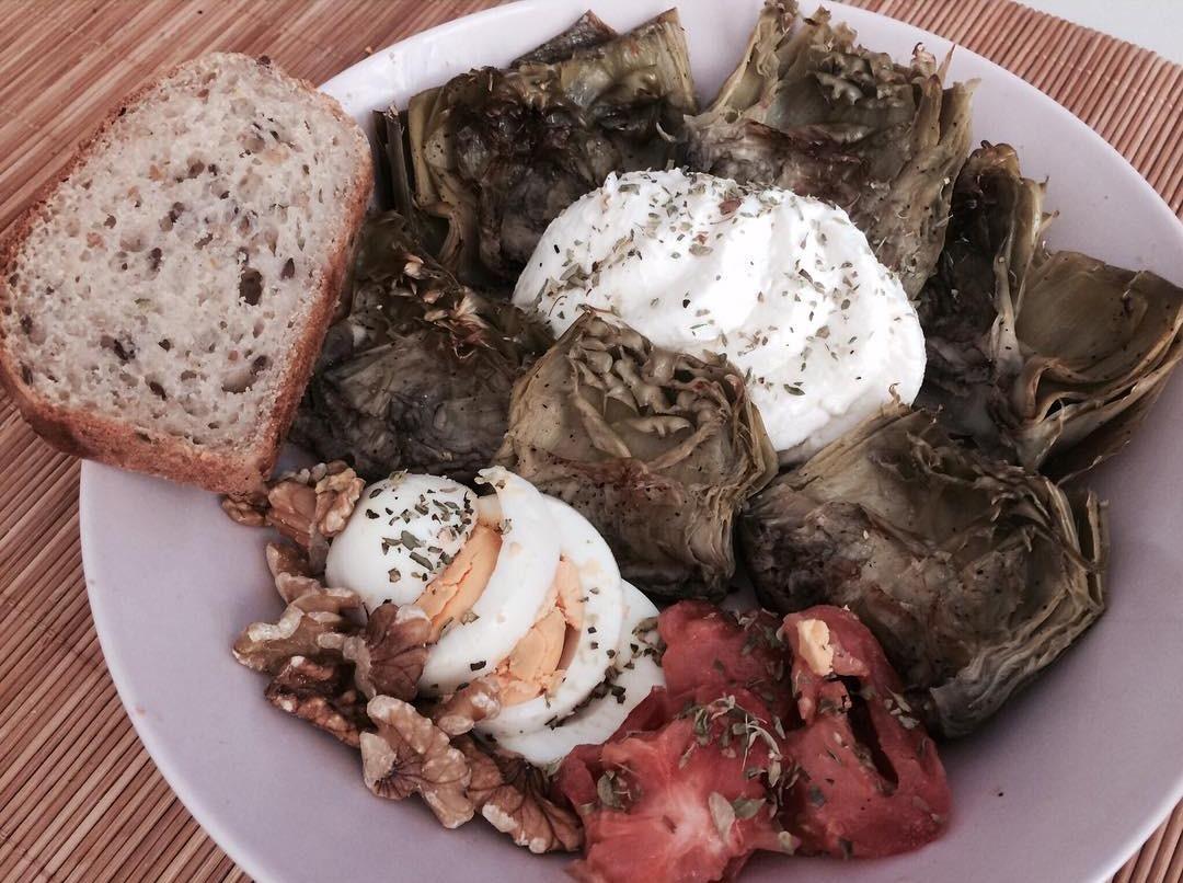 Alcachofas con tomate y huevo duro