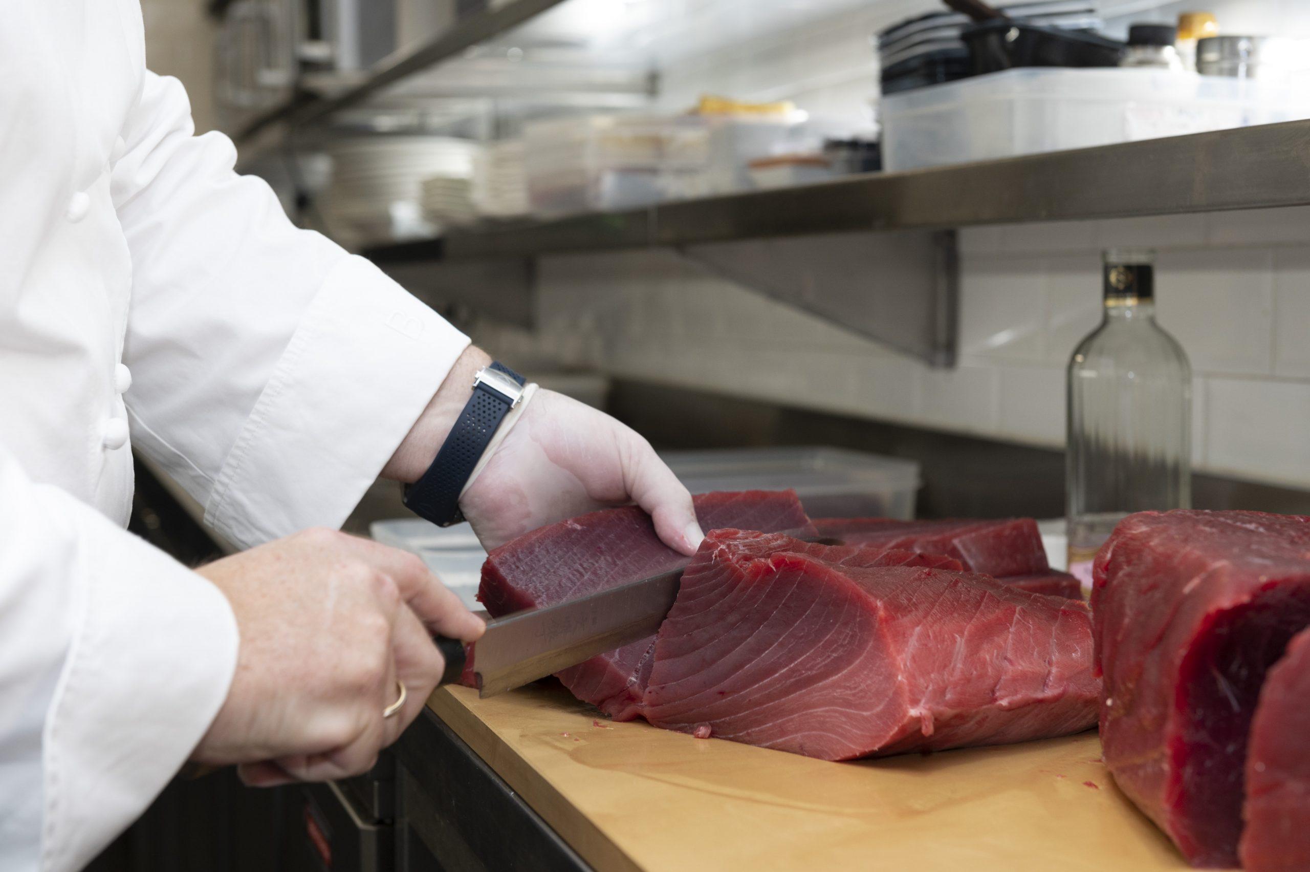 El chef José Ynglada de Arahy cortando el atún 'premium'