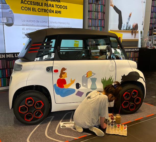 Citroën AMI en FNAC en el evento de presentación, siendo customizado por Conxita Herrero
