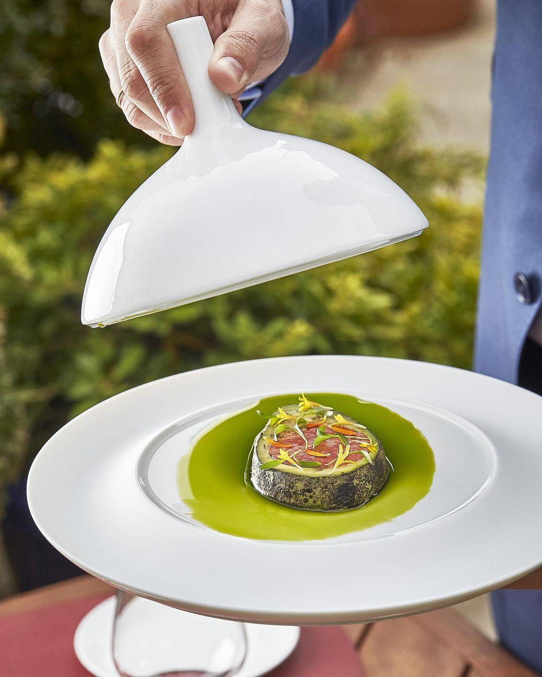 Aguacate a la brasa, ventresca de atún y crema agria