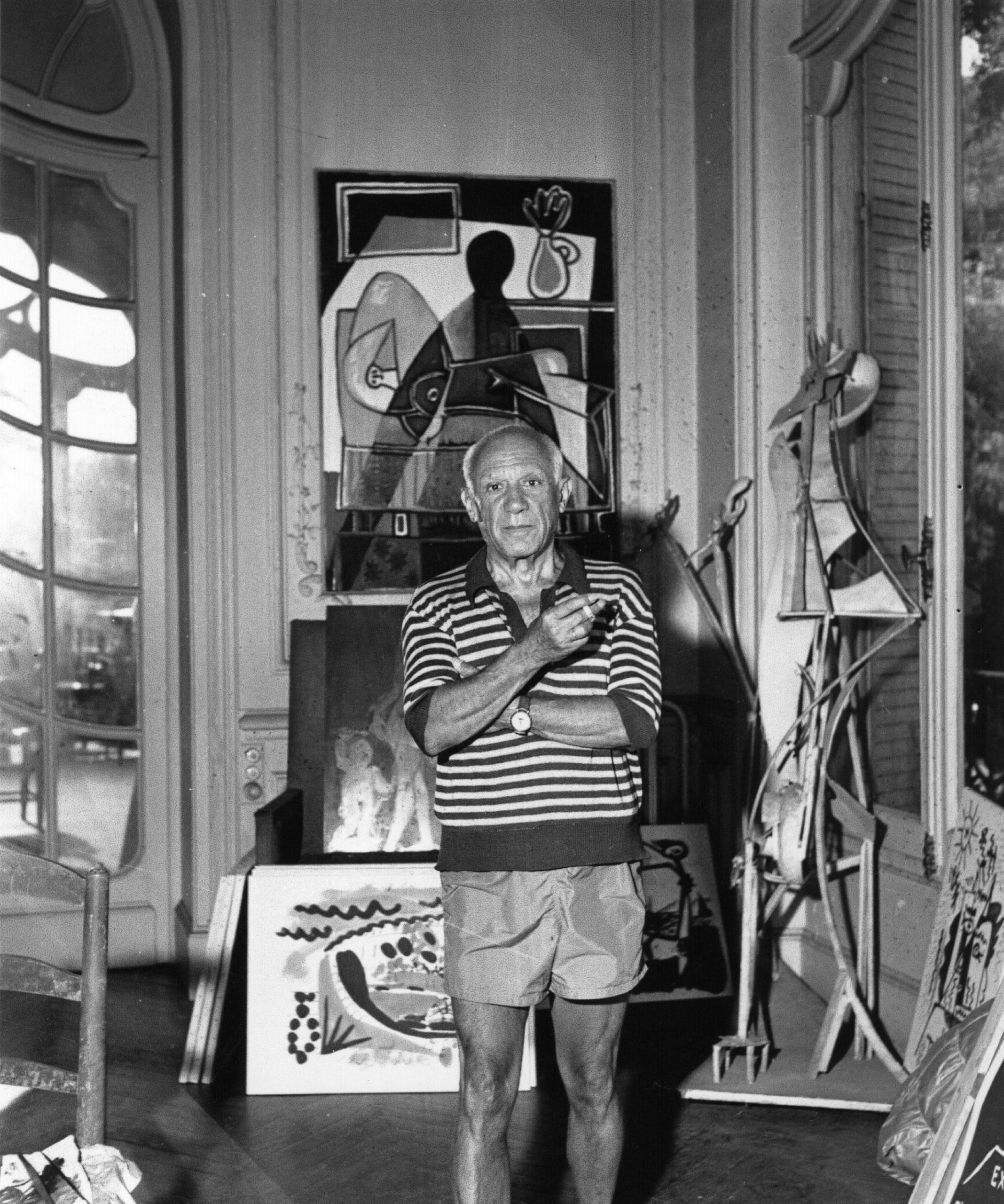 Pablo Picasso en su estudio