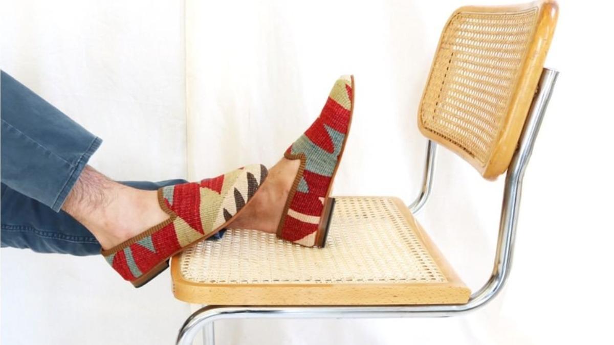 Así transforma Artemis Design antiguas alfombras en mocasines para hombre
