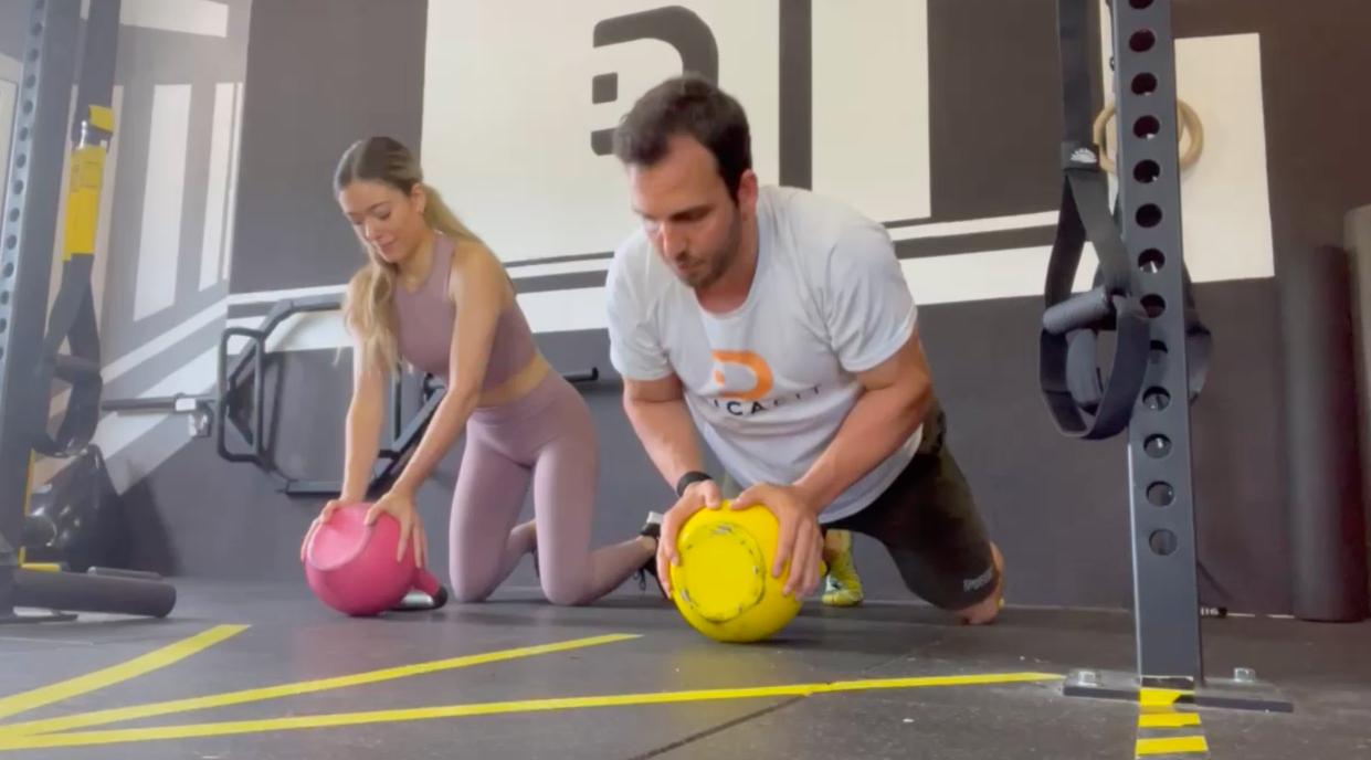Ejercicios kettlebell. /Foto: DiCa Fit