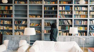 Librería en una casa de Rumanía / Foto: Unplash