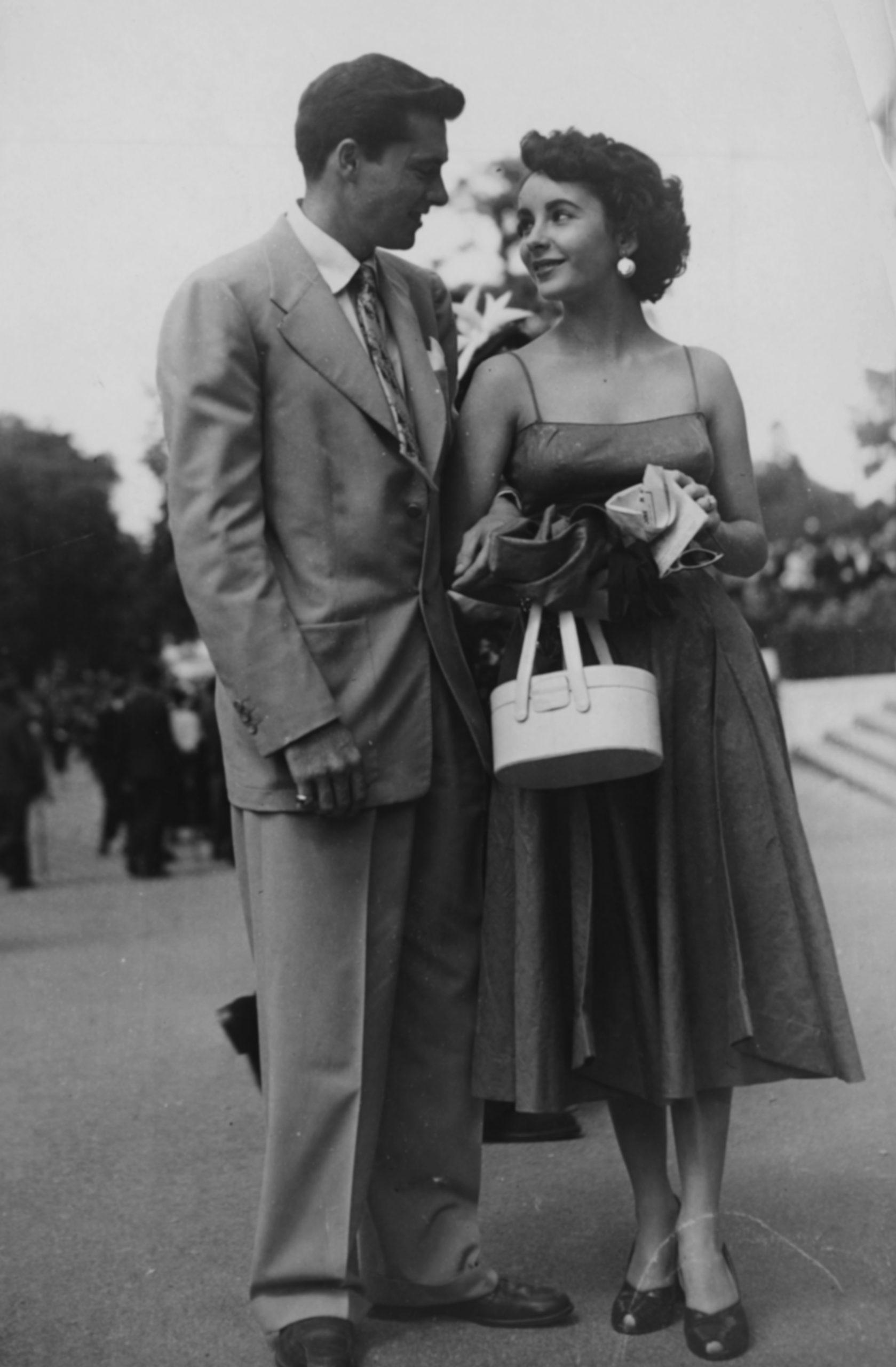 Elizabeth Taylor con su prometido Conrad Hilton en un evento en París en junio de 1950 / Foto: Getty Images