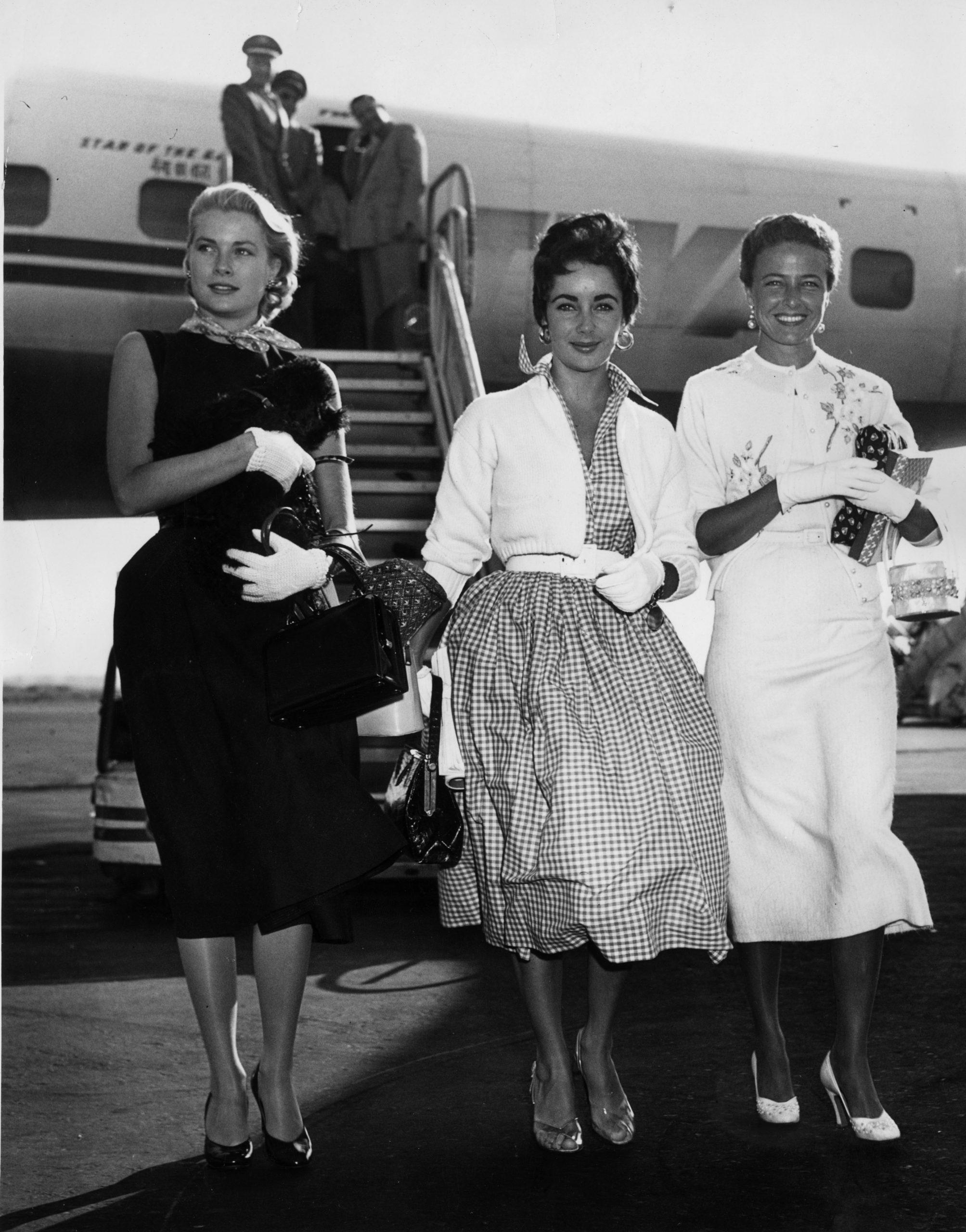 Grace Kelly y Liz Taylor aterrizando en Nueva York en 1955 / Foto: Getty Images