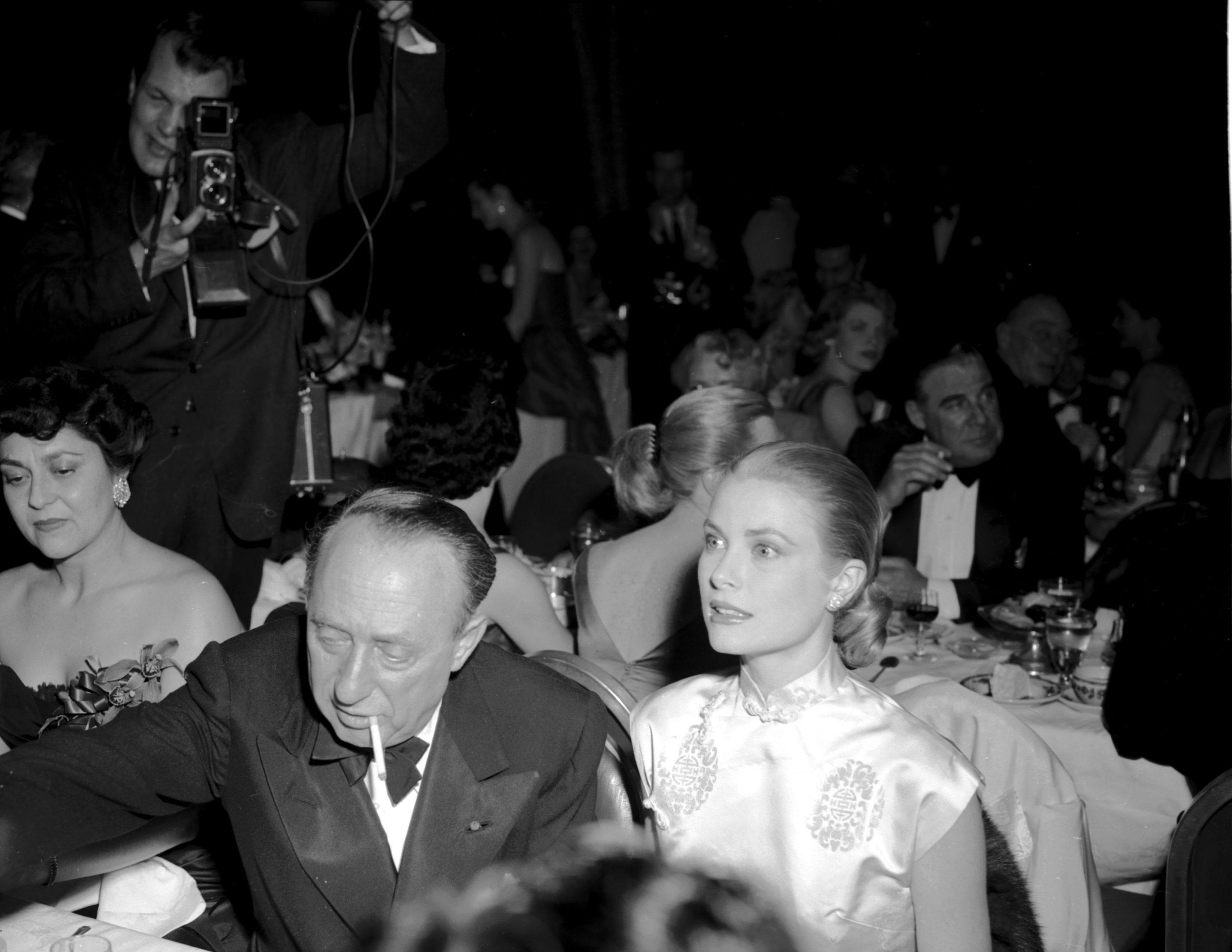Grace Kelly en los Golden Globes Awards en 1956 junto al productor Joe Pasternak / Foto: Getty Images